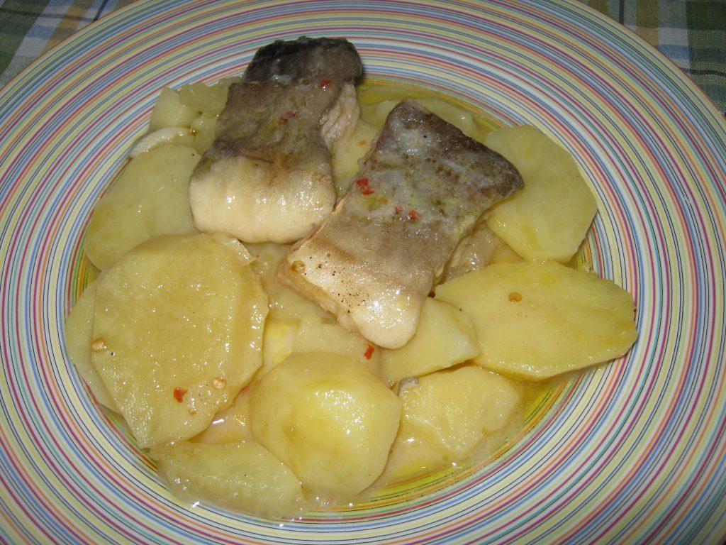 Μπακαλιάρος με πατάτες στη κατσαρόλα - Συνταγή ηχωμαγειρέματα