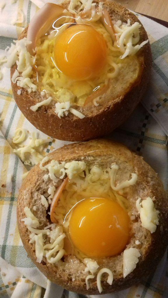Τραγανές φωλίτσες ψωμιού με μπέικον, αυγό και κίτρινα τυριά - 15