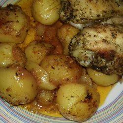 Τραγανό κοτόπουλο με μελωμένες πατατούλες μπέιμπι