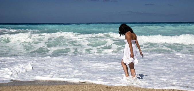 Γυναίκα στη παραλία
