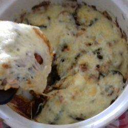 Μελιτζάνες μελωμένες στο φούρνο με σάλτσα, φέτα και άλλα τυριά