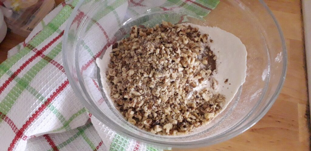 αφράτη καρυδόπιτα με κρέμα βελούδο - 18
