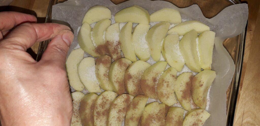αφράτο γλυκό μήλου με παντεσπάνι στον φούρνο - 22