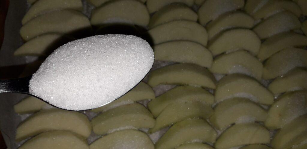 αφράτο γλυκό μήλου με παντεσπάνι στον φούρνο - 23