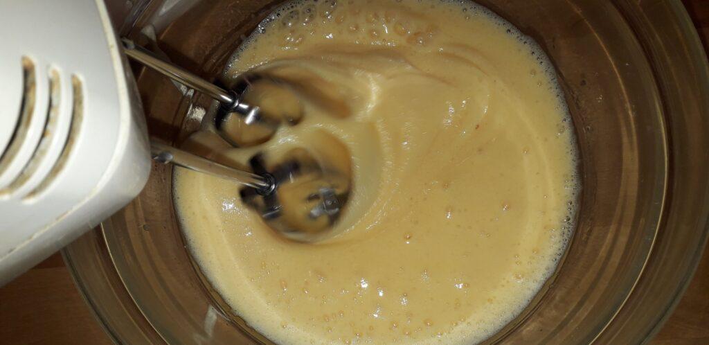 αφράτο γλυκό μήλου με παντεσπάνι στον φούρνο - 6